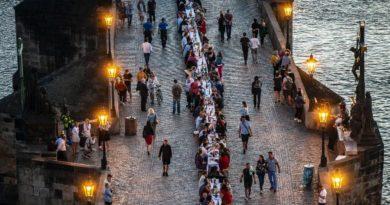 População de Praga comemora fim do lockdown com jantar em mesa gigante