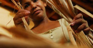 Artesãos do Piauí usam fibra natural para fazer tapetes e ajudar comunidade