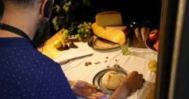 Museu recria obras de arte com sons e até cheirinho de queijo em exibição adaptada para deficientes visuais